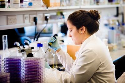 Image of PhD student Veronica Rezelj working in a lab