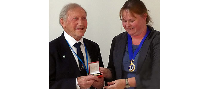 Rufus Ross receives the Lindsay Memorial Medal from Rachel Bairsto , President