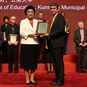 Professor James Conroy, Vice-Principal for Internationalisation, receiving Confucius Institute of the Year award from the Vice Premier of China, Mme Yandong Liu.