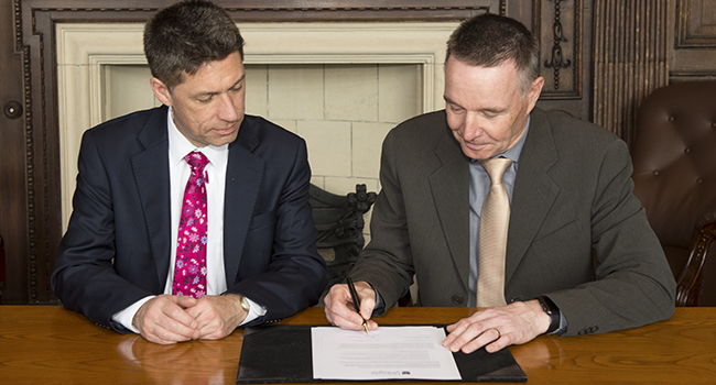 Image of UofG Chief Operating Officer David Duncan and John Ballantyne, Executive Director of Multiplex singing the agreement