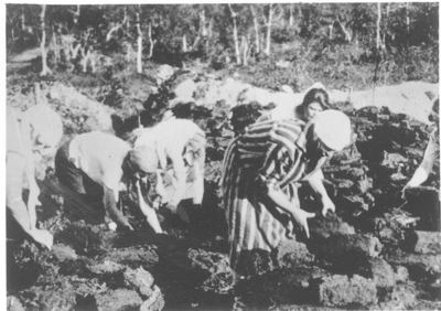 Forced labour - women extracting peat. © International Memorial (Moscow).