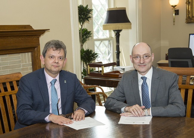 Professor Sir Anton Muscatelli and Provost Dr John Davis signing the new strategic partnership between the University of Glasgow and the Smithsonian Photo Michael Barnes