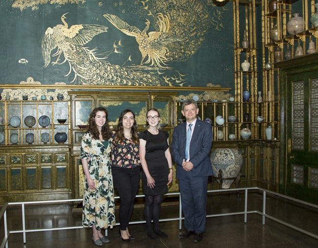 University of Glasgow student who are on placement with the Smithsonian in Provenance Research and Collecting and Provenance Studies meet with Professor Sir Anton Muscatelli in the Whistler Peacock Room to speak of their experience as interns. Photo Michael Barnes